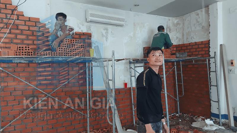 Thi công xây tường ngăn phòng.