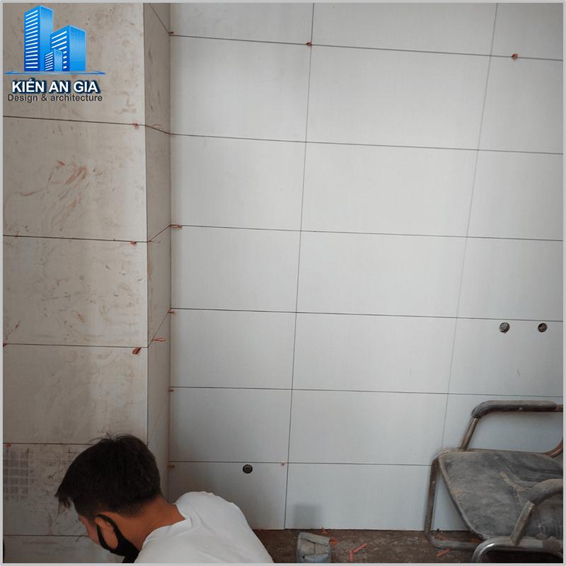 Thi công thay gạch nền và tường WC.